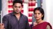 Kaatrin Mozhi Serial:  பூ குடுக்கறான்.. கட்டி புடிக்கறான்.. என்னங்கடா டேய்..!