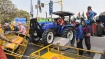 Delhi Tractor Rally: போலீஸாரின் தடுப்புகளை மீறி செங்கோட்டைக்கு வந்த விவசாயிகள்!