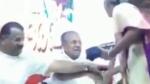 கேரள முதல்வர் பினராயி விஜயனின் கையை பிடித்து திருகி திட்டிய மூதாட்டி.. வீடியோ வைரல்
