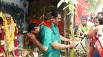 நாம் தமிழர் கட்சியினர் தைப்பூசம் கொண்டாட்டம் : தேன் தினைமாவு உருண்டை பிரசாதம் கொடுத்த சீமான்