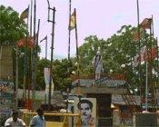 காந்தி சிலையை சுற்றி கொடிக் கம்பங்கள் - அகற்ற கோரிக்கை