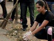 சுத்தமான இந்தியா: குப்பையை அள்ளிய சானியா- ஷாருக்கானுக்கு சவால்