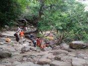 சதுரகிரி மலையில் 'திடீர்' வெள்ளப் பெருக்கு... 100க்கும் மேற்பட்ட பக்தர்கள் தவிப்பு