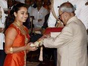 நடக்க முடியாமல் நடந்துவந்த தீபா கர்மாகருக்கு இறங்கி வந்து விருது கொடுத்த பிரணாப்!