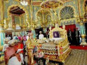 407-ஆவது ஆண்டாக களைகட்டிய மைசூரு தசரா விழா... அரச பரம்பரை வாளுக்கு சிறப்பு பூஜை