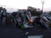 ராமநாதபுரத்தில் கார்- வேன் மோதி விபத்து.. 2 பேர் பலி.. 21 பேர் படுகாயம்