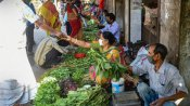 மாஸ்க் போடலையா.. காய்கறி தர முடியாது..  கொரோனா பாடம் நடத்தும் திரிபுரா சந்தை