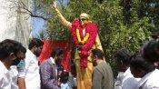 சென்னை ராமாபுரம் தோட்டத்தில் எம்ஜிஆர் சிலைக்கு மாலை அணிவித்த கமல்ஹாசன்!