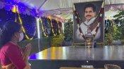 கணவர் ம. நடராஜனின் 3-ம் ஆண்டு நினைவு நாள்- நினைவிடத்தில் சசிகலா கண்ணீர் அஞ்சலி