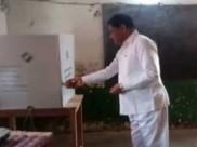 சத்தீஸ்கரில் மின்னணு வாக்குப்பதிவு எந்திரத்திற்கு பூஜை செய்த பாஜக அமைச்சர்