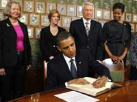 Obama signs in Nobel guest book