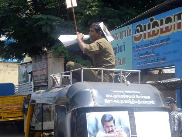 auto driver attracts agitating students in madurai