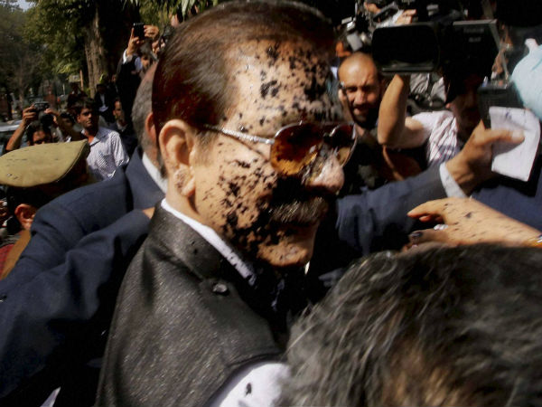 Black ink thrown at Subrata Roy outside Supreme Court