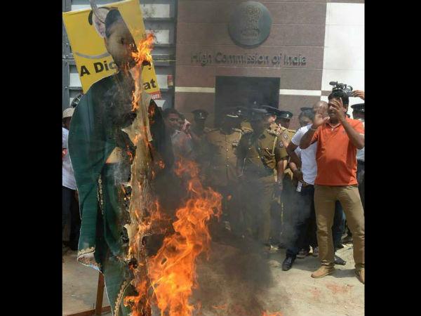 இலங்கையில் ஜெயலலிதா படத்துக்கு கொம்பு வைத்து கொடும்பாவி எரிப்பு: புகைப்படங்கள் 11-1402467706-jayalalitha-effigy-burn-600