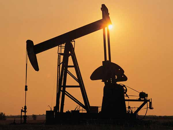 Oil prices hit four-year low after Saudi discount