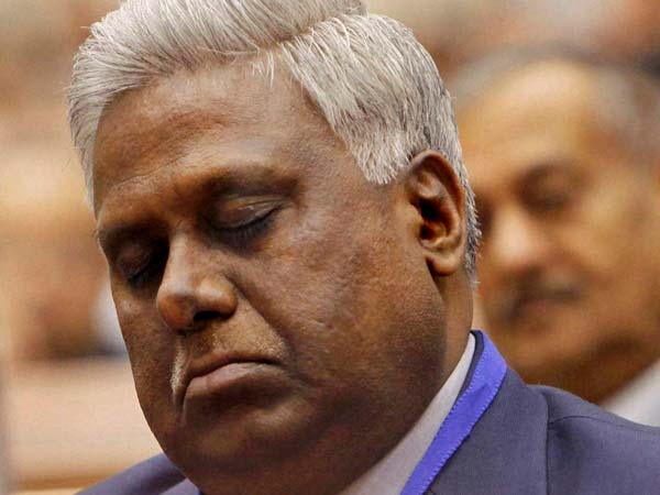 CBI chief Ranjit Sinha appears to be napping during Rajnath Singh's speech