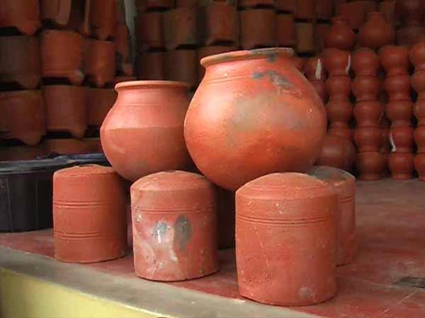 மண் வாசனை 12-1421047300-pongal-pot-manufacturing-on-full-swing-in-nellai-dt2-600