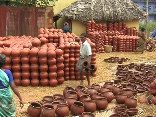 மண் வாசனை 12-1421047311-pongal-pot-manufacturing-on-full-swing-in-nellai-dt1-600