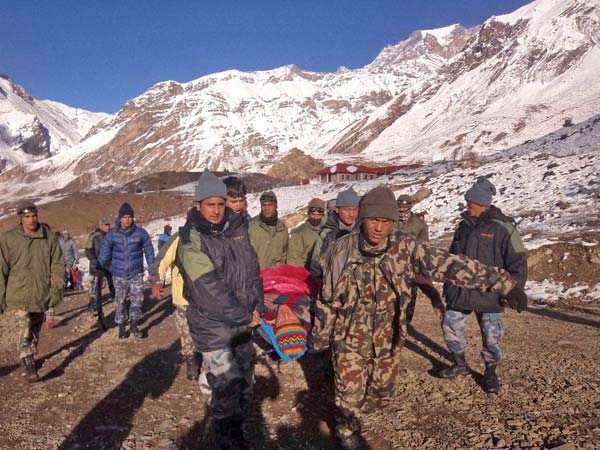 Indian Army team pulls out 22 bodies after Everest avalanche