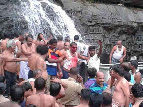 Man injured when he took bath in Courtallam falls