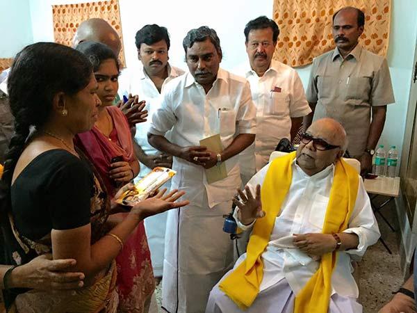 எஸ்.வி.எஸ் கல்லூரியில் தற்கொலை: திருவாரூர் மாணவி குடும்பத்துக்கு ரூ.1  லட்சம் நிதி கொடுத்த கருணாநிதி | Karunanidhi meets Thiruvarur girl  Priyanka's parents - Tamil Oneindia