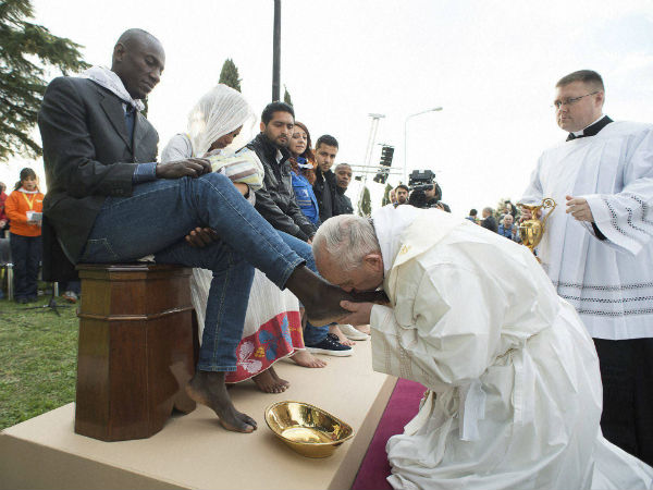 Pope Francis washes feet of Muslim refugees