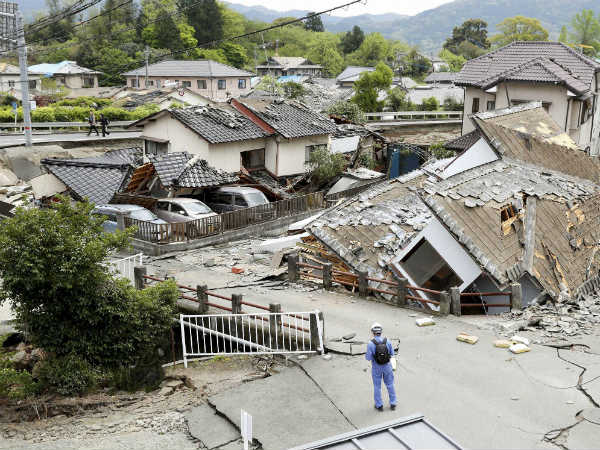 Fearing more quakes, people sleep in cars in Japan