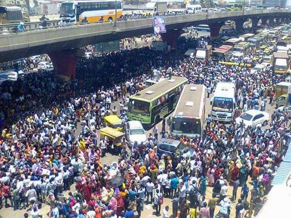 Traffic hit badly at Hosur road in Bangalore as garments employees jump in protest