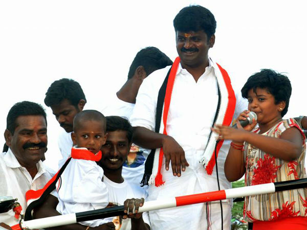 Vijayabaskar's family campaigns for him