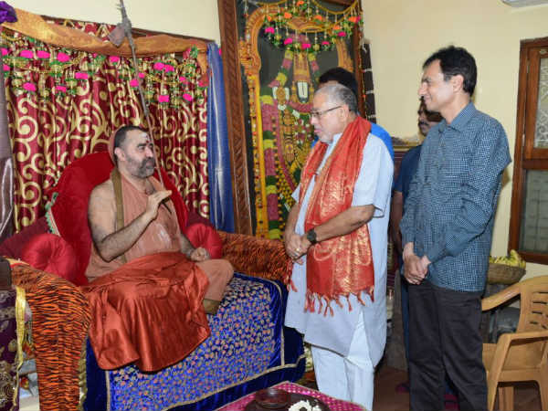 Modi brother Prahlad modi meets Kanchi seer