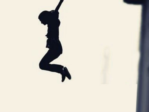 தற்கொலை செய்ய மாடியிலிருந்து குதித்த டிரைவர்.. கீழே போன பாட்டி மீது விழுந்து பாட்டி பலி!