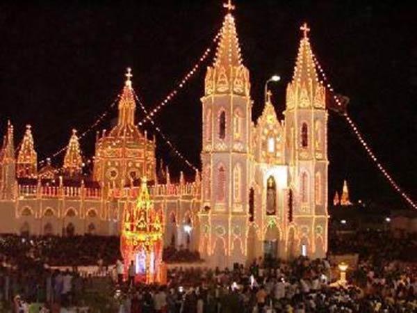 வேளாங்கண்ணி மாதா ஆலய விழா கொடியேற்றத்துடன் தொடக்கம்- குவியும் பக்தர்கள்