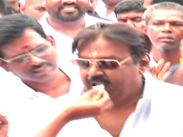 """""""பீனிக்ஸ்"""" கேக் வெட்டி... விஜயகாந்தின் பிறந்தநாளைக் கொண்டாடிய ம.ந.கூ. தலைவர்கள்- வீடியோ"""