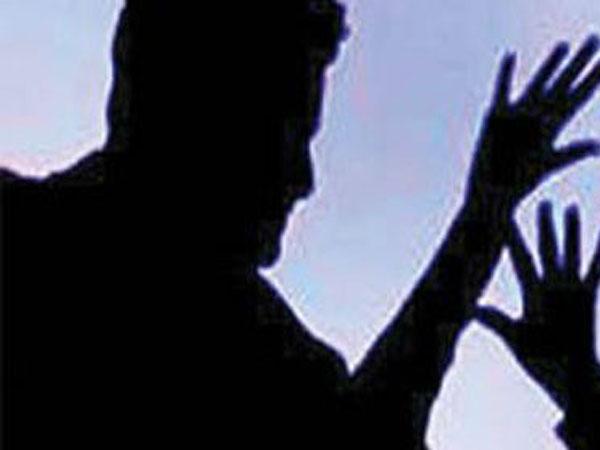 பெங்களூரில் பெண் நடத்துனர் மீது சரமாரித் தாக்குதல்.. படியில் தொங்கிய மாணவர் ஆத்திரம் !