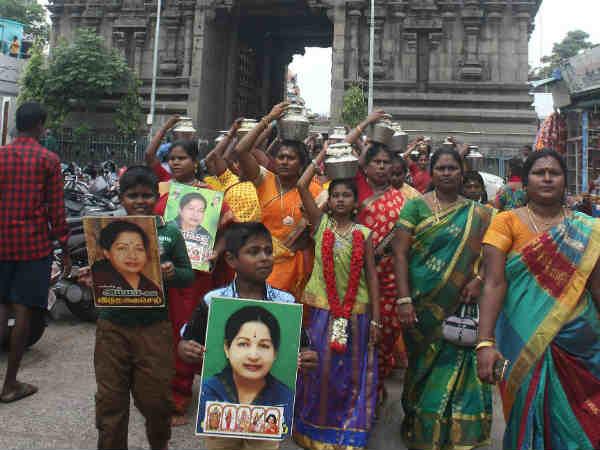 கேரள கோவிலுக்குப் படையெடுத்த அதிமுகவினர்...  ஜெ. படத்தை வைத்து மனமுருக பிரார்த்தனை! #jayalalithaa