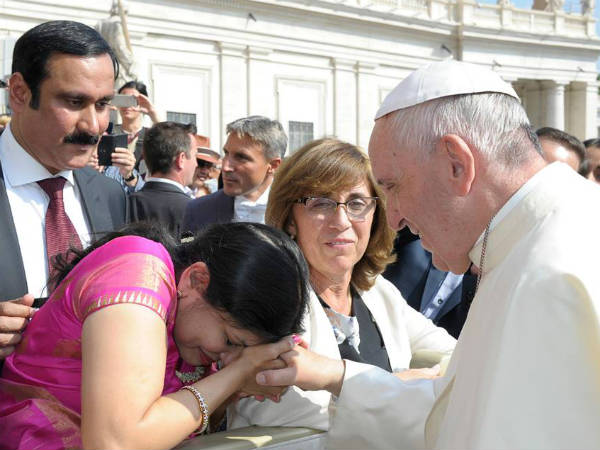 Sowmya and Anbumani meet Pope Francis
