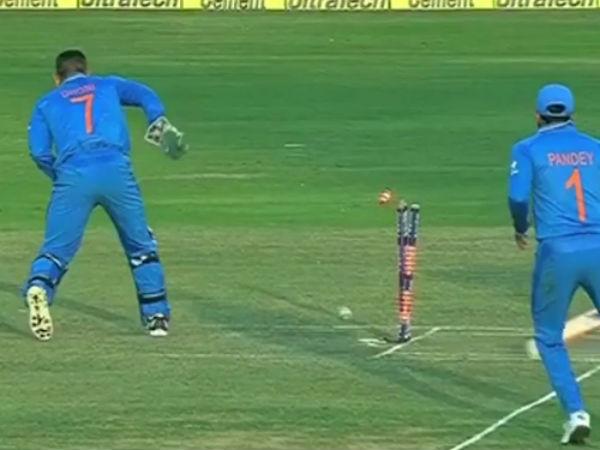 """வாவ்... டோணிக்கு """"பொடணி""""க்குப் பின்னாலும் கண் இருக்கேய்யா! #INDvNZ"""