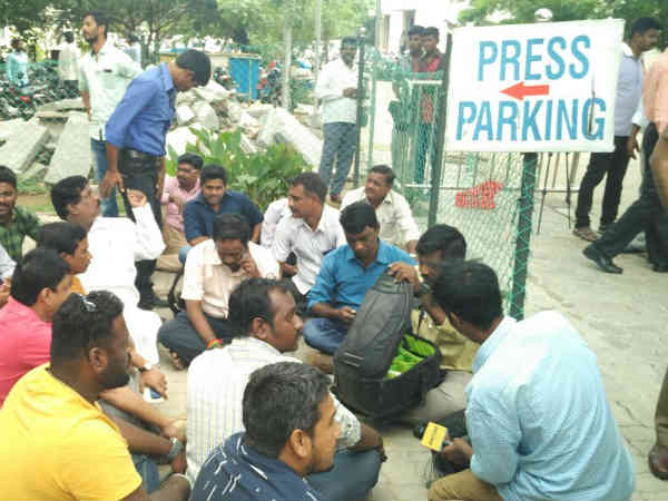 Chennai journalists stage demonstration over attack by police