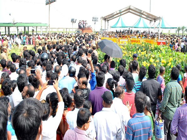 Thousands of ADMK workers are praying in Jayalalithaa memorial