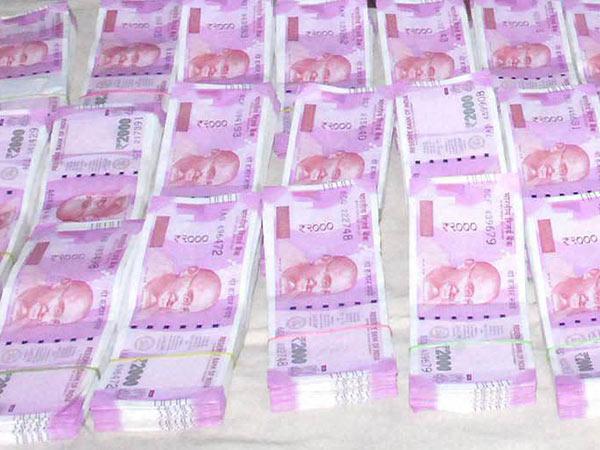 சேகர் ரெட்டி காரில் பறிமுதலான 24 கோடியும் புதிய 2000 ரூபாய் நோட்டுக்கள்.. ஐடி அதிகாரிகள் ஷாக்