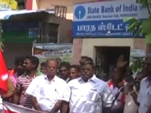 People seige a bank in Tuticorin