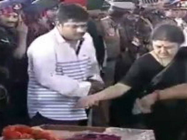 Jayalalitha's brother's son Deepak does the final rites