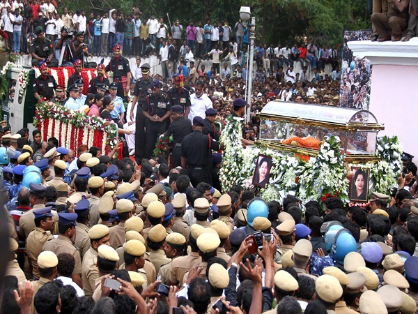2 Tonne Flowers, 40 Men In Jaya's Funeral Truck
