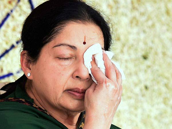 ஜெயலலிதா கவலைக்கிடம்தான்.. ஆனாலும், ஆறுதலாக ஒரு வார்த்தை சொன்ன அப்பல்லோ அறிக்கை