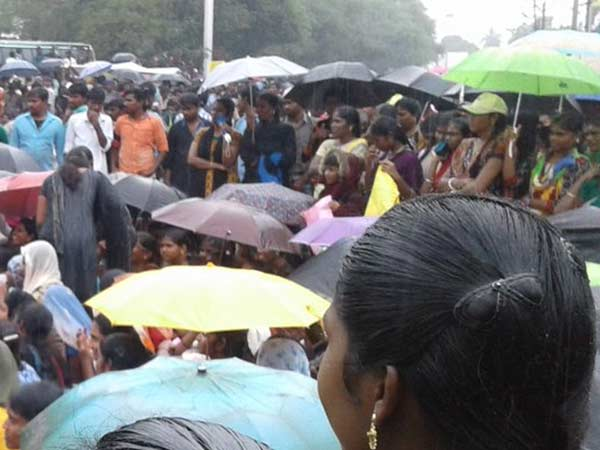 Raining severely, Jallikattu protest continues in Dindigul