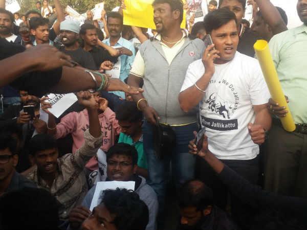 சென்னை மெரினாவில் போராட்டத்தை கைவிட போலீஸ் வேண்டுகோள்- மாணவர்கள் மறுப்பு