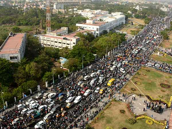 ஜல்லிக்கட்டு புரட்சி : சென்னை மெரினாவில் 5வதுநாளாக அலைகடலாக திரளும் மக்கள்- 250 இடங்களில் போராட்டம்!