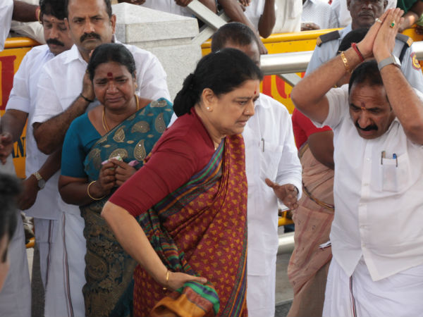 People ignore Sasikala when she visited Jaya samathi