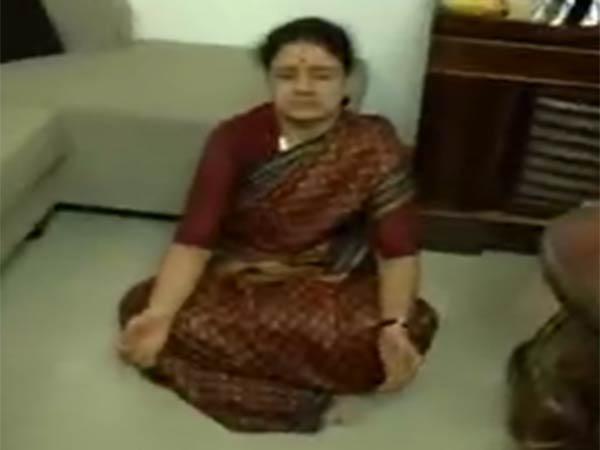 குட்டித் தூக்கம்.. தியானம்.. டிவி பார்த்தல்.. பேப்பர் ரீடிங்.. சூப்பராக பொழுது போக்கும் சசிகலா!