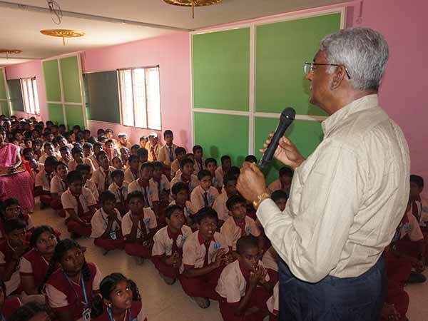 அறிவியலை எளிமையாக கற்க காரைக்குடி பள்ளியில் ஸ்மார்ட் கிளாஸ் ரூம்